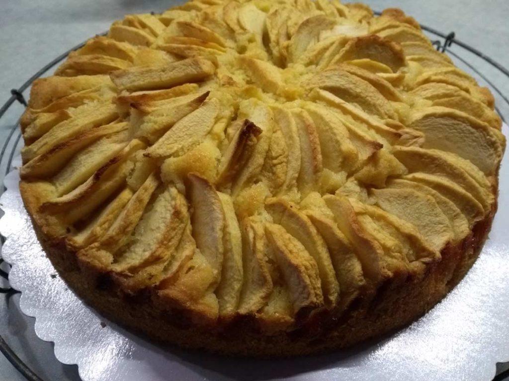 Gebackener Apfelkuchen aus dem Holzbackofen
