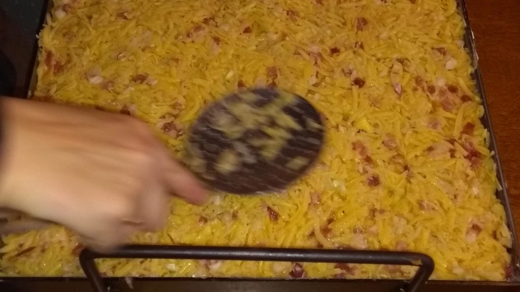 Den Teig des Dibbedotz glatt streichen