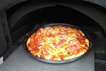 Pizza im Holzbackofen
