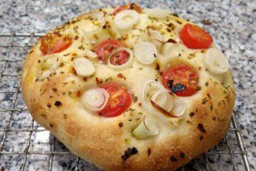 Rezept für schnelle Focaccia mit Tomaten und Frühlingszwiebeln