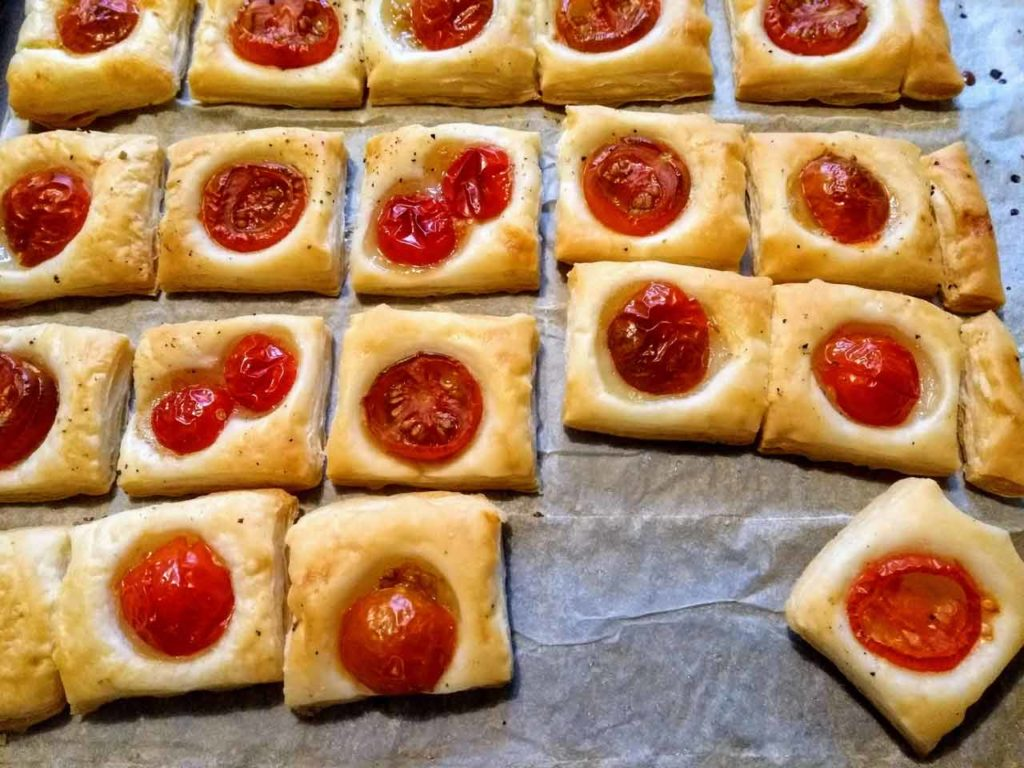 Tomaten mit Blätterteig gebacken