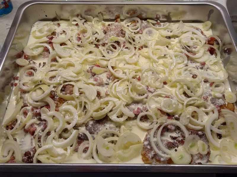 Zwiebel-Sahne-Schnitzel mit Sahne und Saurer Sahne uebergiessen
